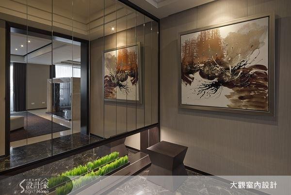 選用鏡面,讓玄關顯得寬敞,再以金色壁面與畫作來突顯品味,創造出風雅的玄關空間。