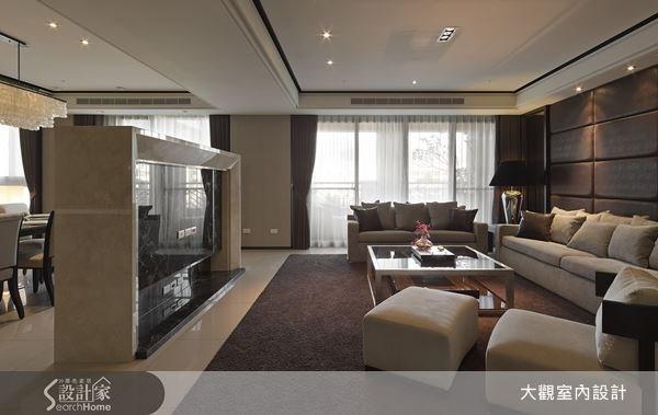 透過電視牆區隔出開放式的客餐空間,自然紋理的大理石,更加勾勒出奢華風的設計精髓。