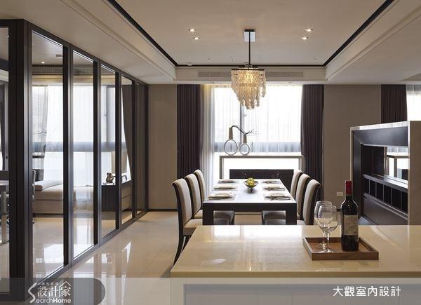 落地窗引進和煦的自然光,讓室內空間光亮而動人,加上利用大理石中島分隔出餐廚空間,無形中也擴充空間的機能性。