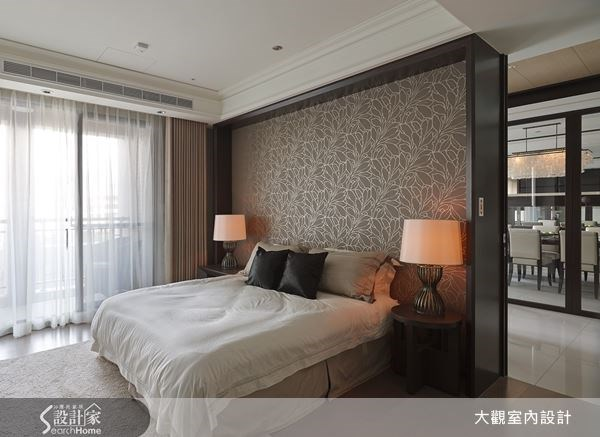 運用進口花紋金色壁紙,打造優雅奢華的住臥空間,床頭再以復古燈飾,點綴出迷人的舒眠情境。