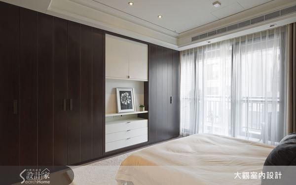 挑選潔淨的白色與溫潤的咖啡色,作為櫃體主色,使收納空間顯得內斂而低調。