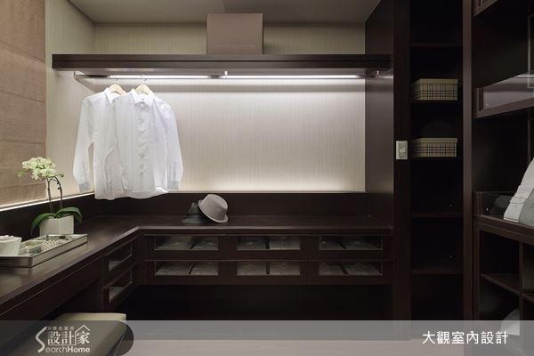 選用木質色為更衣間櫃體主色,讓空間顯得沉穩大器,針對屋主收納訴求,設置有吊掛、平放、收納等多種功能設計,使更衣間帶有精品的設計品味,打造屬於屋主的時尚空間。