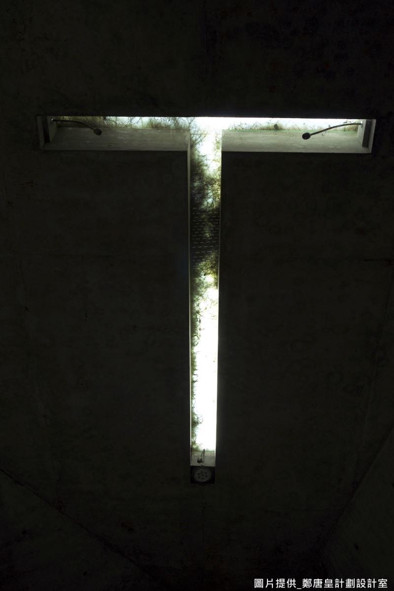 抬頭,還可見到透光的T字天井,恰巧呼應屋主的基督徒身分:天井讓陽光穿透入內,讓人感受到微微的天光。