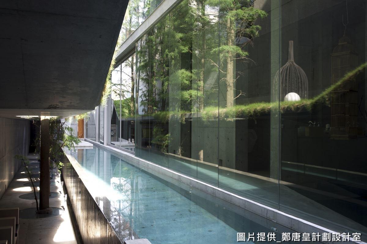 一般狹長型建築較無採光且視覺狹隘,透過栽種一整排的植栽,可產生空間延續美感。
