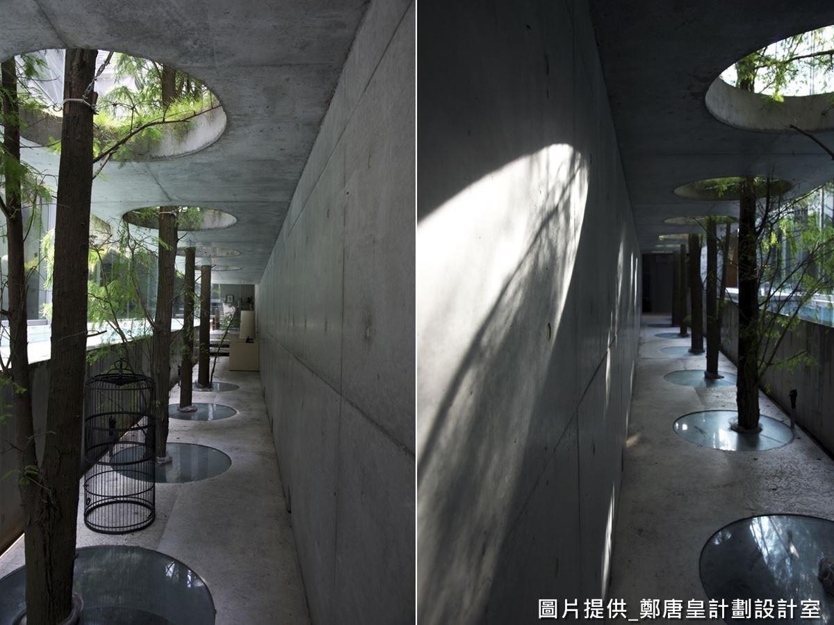 由清水模打造側邊長廊,屋簷設計讓下雨天也通行無礙。