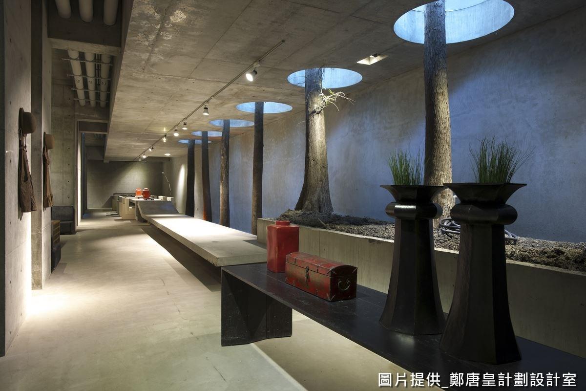 樓層上方有著屋主的創作空間,充滿安靜的氣息,是屋主培育靈感的創作之地,也預留展覽空間,可讓屋主做更多的空間利用。
