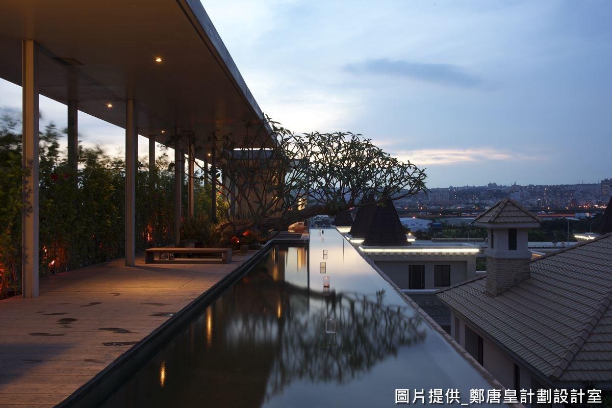 來到頂樓,設計師建造許多水池空間,並透過水池取代圍欄,不只可替頂樓降溫,更營造出一種無邊無際的視覺感受,延伸了空間感。