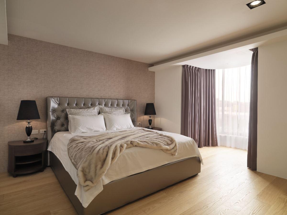 化妝椅與床背板風格一致,讓主臥充滿古典浪漫氛圍。