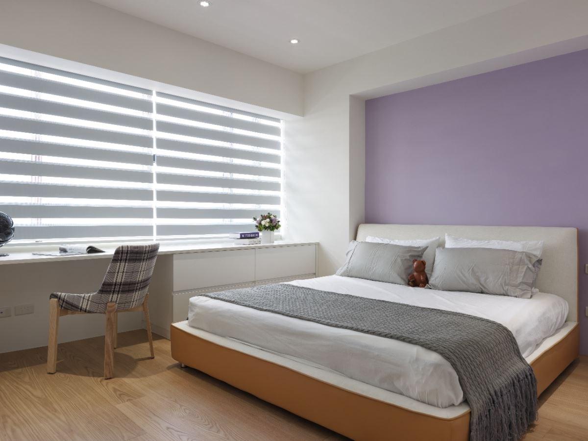 紫牆與雙色床框,用顏色妝點出年輕女孩房的特色。