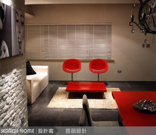 客廳的兩把紅椅,遠看既像兩張笑臉又如閉著的眼睛,家具的選擇與安排上也充滿許多細節與巧思。好好的運用絕對可以超乎你的想像。