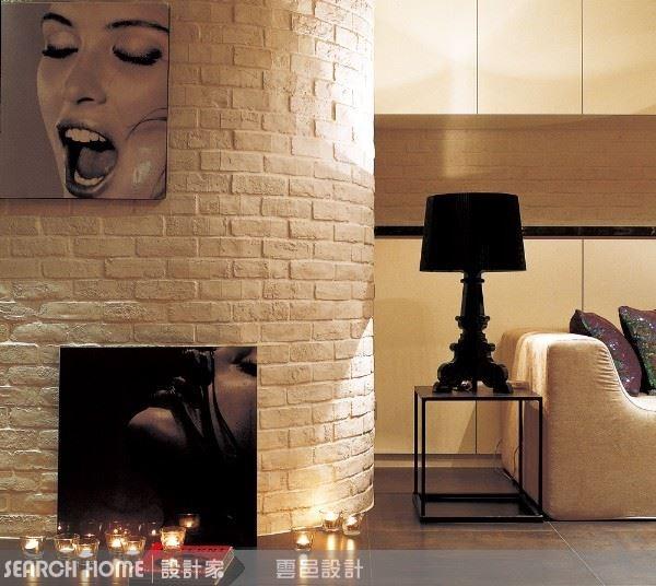 白牆是最棒的展演空間,除了採取壁掛方式,放在地上斜倚牆面也是不錯的方法。