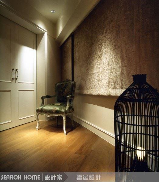 座椅的緹花與絨布質感的窗簾,同樣在現代空間中透出古典氣息。