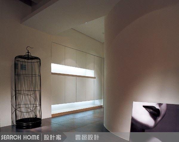 圓弧型的走廊牆角在整體空間表現出柔和的曲線感。