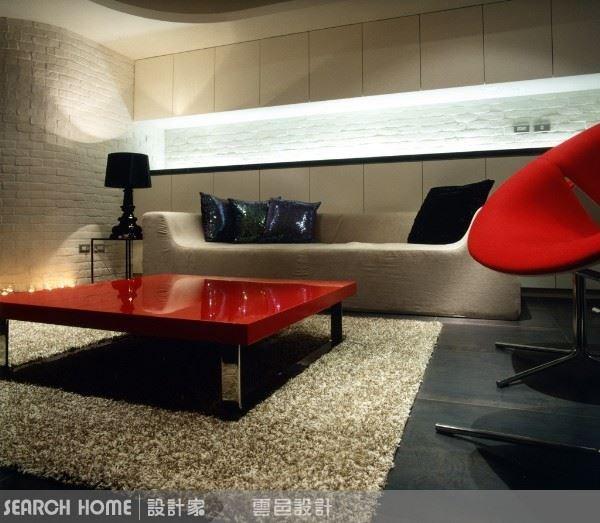沙發後的背牆同樣以嵌入式照明,也可偶爾擺放蠟燭增添浪漫氣氛。