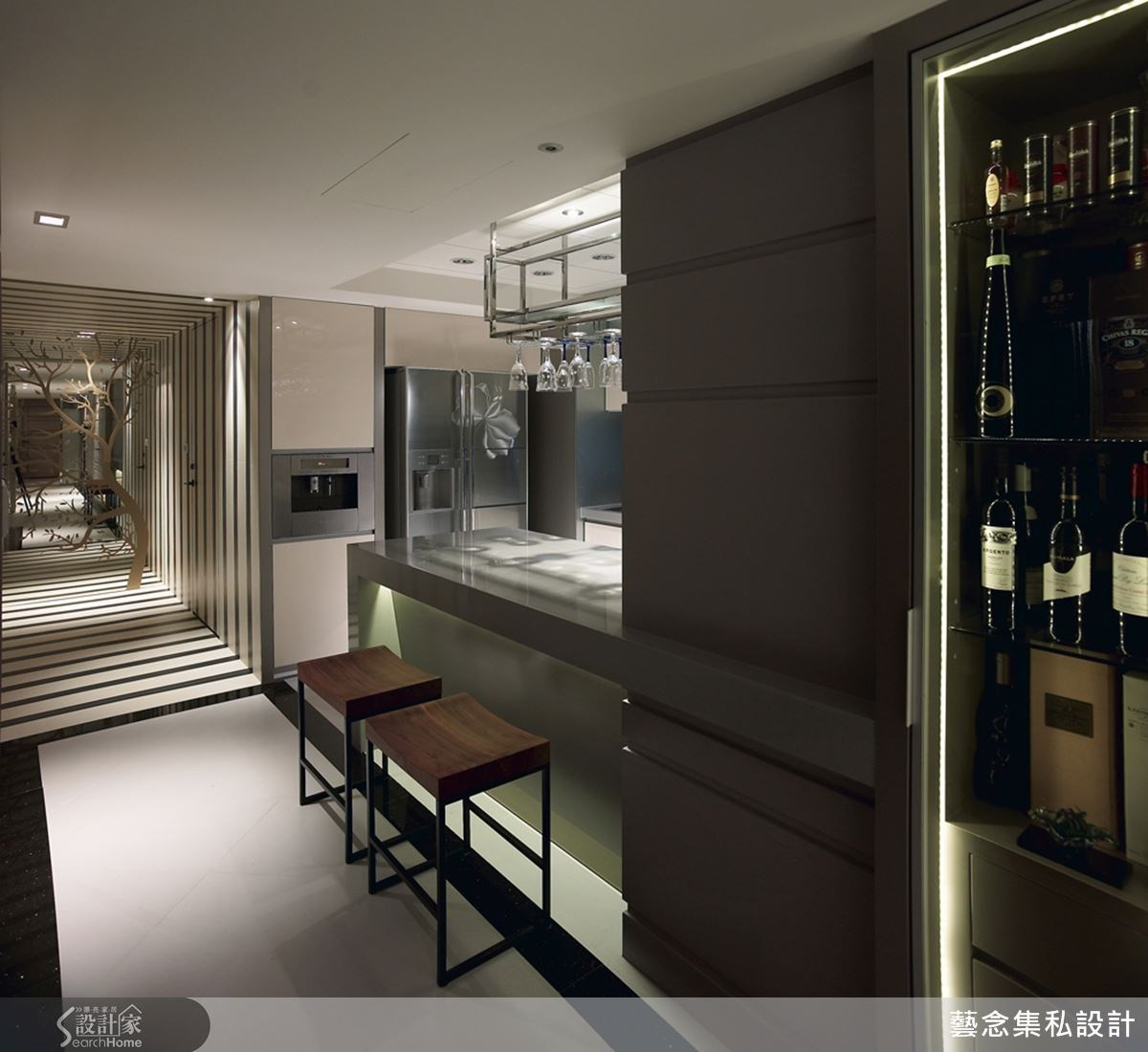 餐廳外部設置浪漫的吧台角落,偌大的紅酒櫃在一旁,而從走道走去便是舒適的臥房空間,相當符合使用者需求的動線規劃!