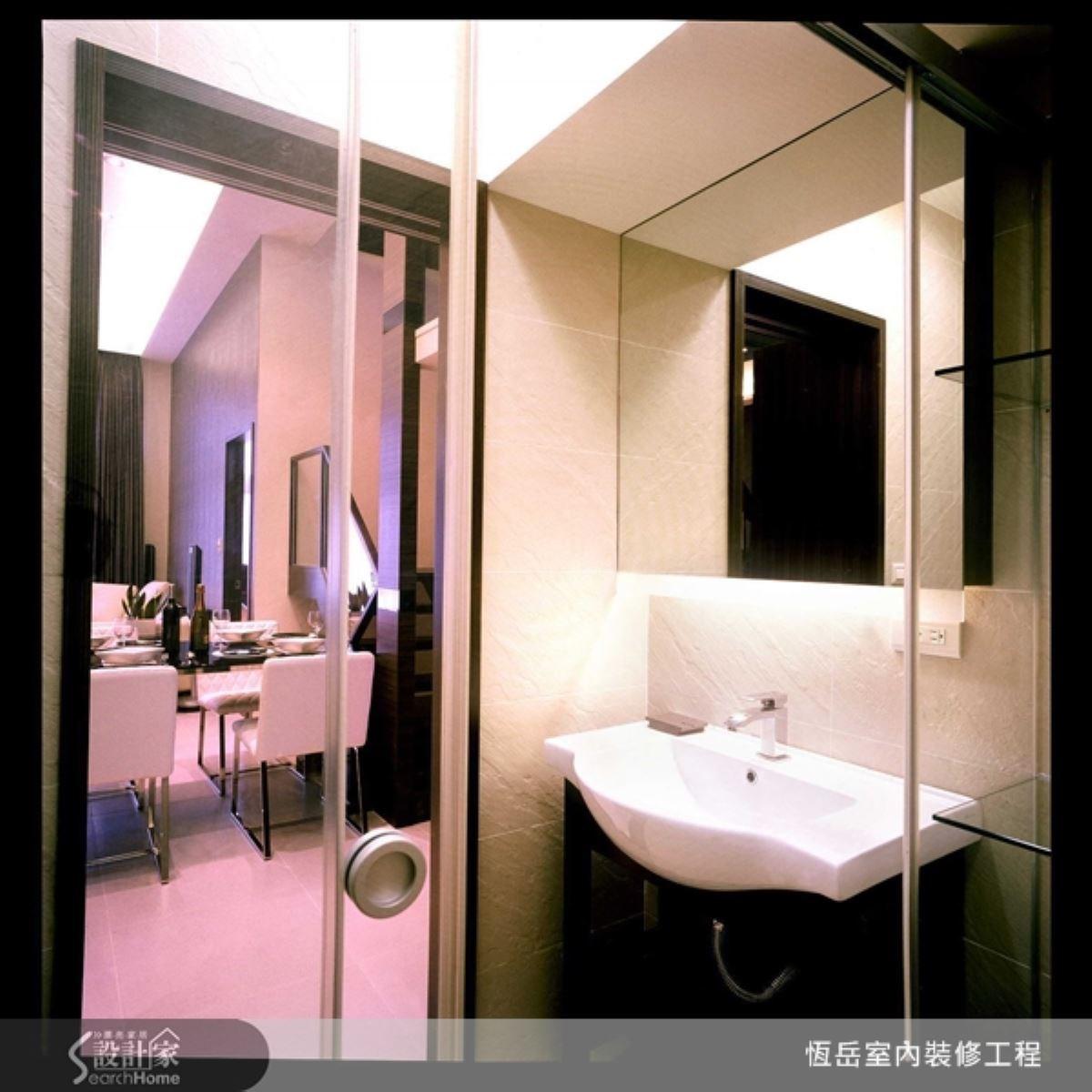 餐廳旁簡單的衛浴設備,俐落簡單,以功能性為重。