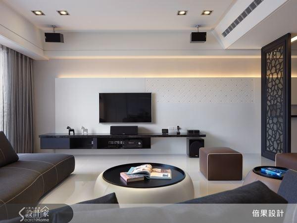 柔白的電視牆與半透明屏風相互映襯,讓黑白色系融入空間設計的一環。