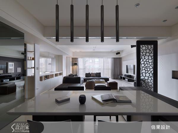 開放式的客餐空間,利用燈飾、建材與色彩來區隔出空間調性,既保留了格局遼闊的特點,又能讓客餐空間有主題區隔。