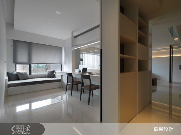 善用廊道壁面結合上櫃體收納,讓書房空間更加完整,使空間坪數運用滴水不漏。