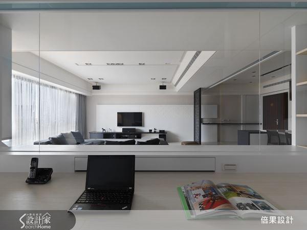 選用清玻璃來區隔書房與客廳空間,通透的玻璃,使公共空間更顯得開闊,消弭實牆給人的壓迫感。