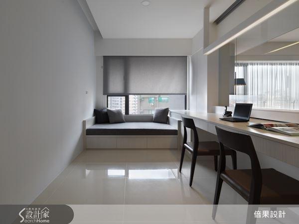 窗邊設置舒適的臥榻區,讓屋主在此休憩、閱讀或是眺望城市美景,無形中擴充了書房空間的機能性。