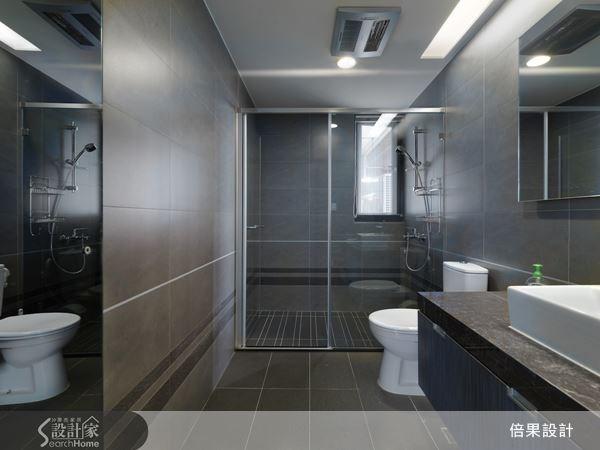 乾溼分離機能完整的衛浴空間,選用清玻璃、石材來搭配,鏡面反射的特質,讓空間有放大效果,讓人在私密的時刻,也能獲得完全的放鬆,洗去一身的疲憊。
