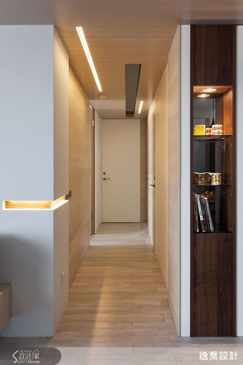 走道也結合燈帶與凹槽的設計,無論是轉角處或是天花板上,都因為放入LED燈條而有不同的視覺觀感,一路延續至走道盡頭。