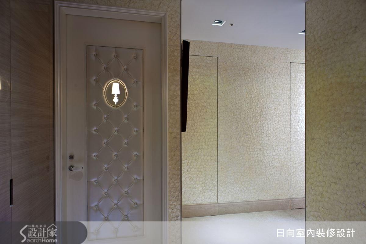 個人空間就是自己的小天地,如何保有隱私不被打擾呢?設計師在房門設計有別緻的圖樣,崁入燈光的創意,讓家人可以不用敲門,就可知道房內有人,這樣的發想,也讓房門別具設計感,更顯獨特。