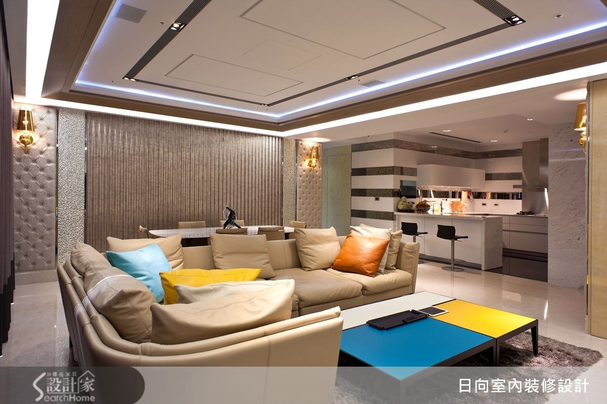 開放式的客廳空間,使用 L 型沙發來做搭配,更能突顯出空間的氣派感。