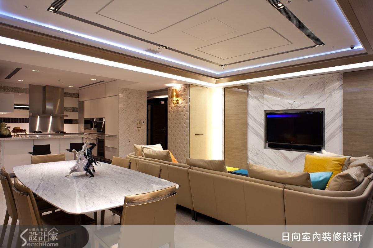 簡約的大理石電視牆,配上兩邊木紋質理,減低了空間的冷調,帶來溫潤的氣息。