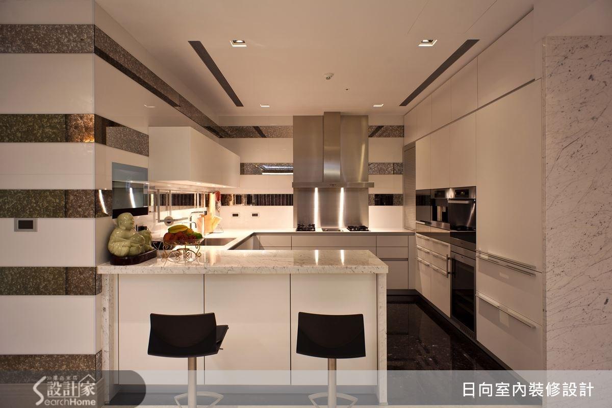 淺色系的使用,建構出寬敞感的機能空間,搭配上吧檯設計,讓動線流暢,空間區隔也更為明確。