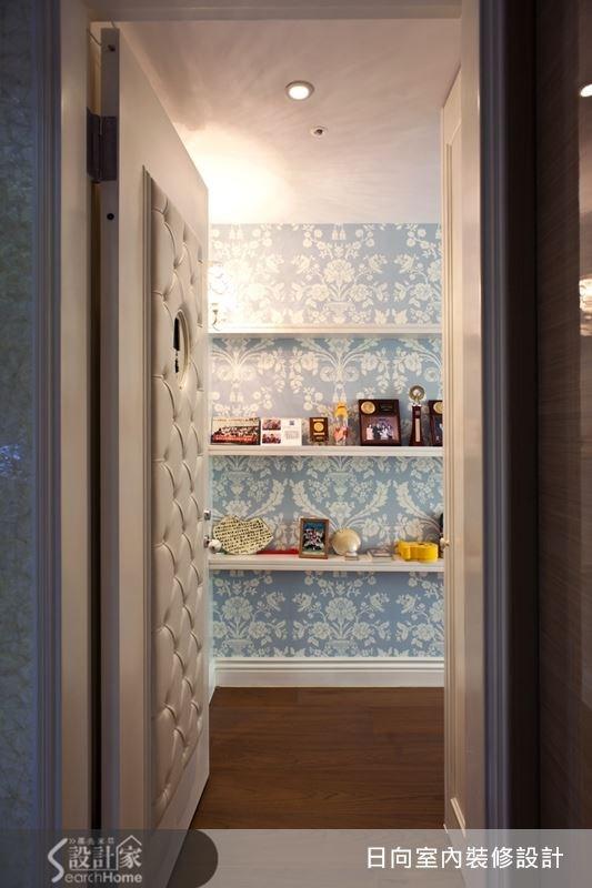 淺藍色的白色圖騰壁紙,讓牆面多了點優雅,結合層板作收納,讓牆面豐富而不單調。
