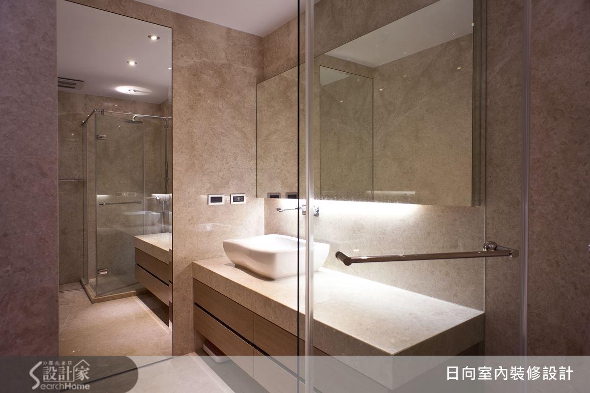 利用明鏡與石材所打造的衛浴空間,簡潔內斂的設計線條,刻畫出帶有頂級飯店的尊榮感。
