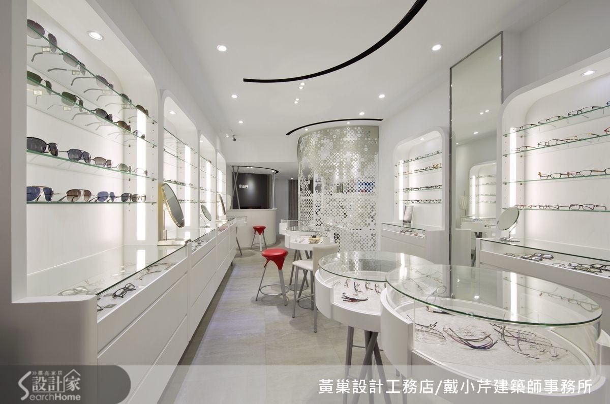 15 坪商業空間藉由白色的潔淨,帶來視覺上的放大感。