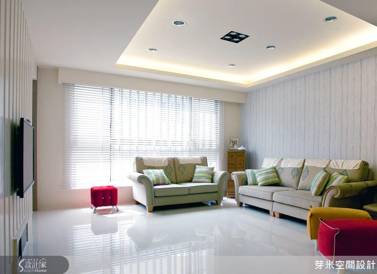 自然光線的灑落,十足的鄉村清新感,沙發背牆以素雅的材質呈現,更襯托出布沙發的鄉村特色。