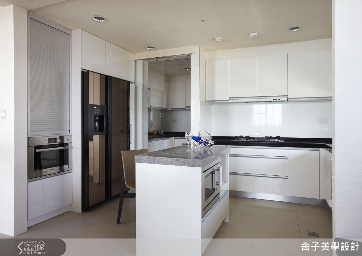 開放式的餐廚設計,是完整而俐落的動線規劃,以白色為餐廚空間主色,再以低調奢華的菱格紋來混搭,讓用餐氛圍也能與美學接軌。