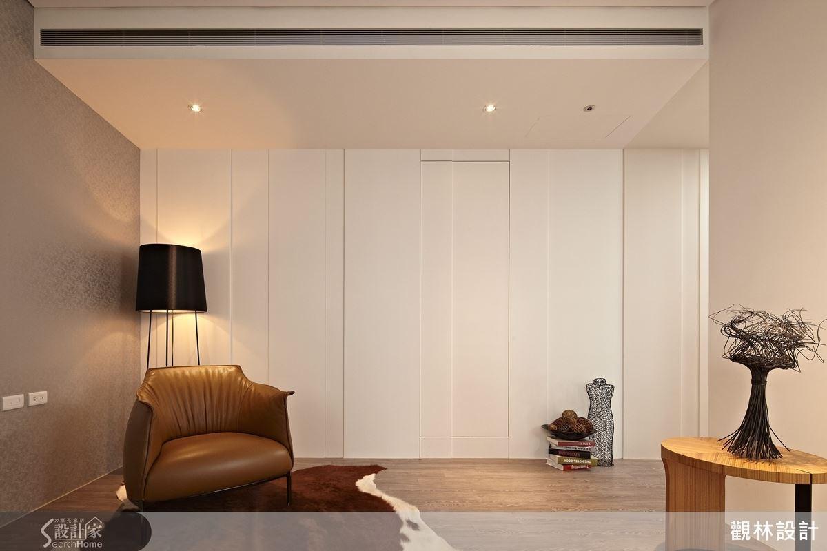 為了避免房門正對主臥室的床鋪的風水考量,設計師特別採用暗門設計,美觀而實用。