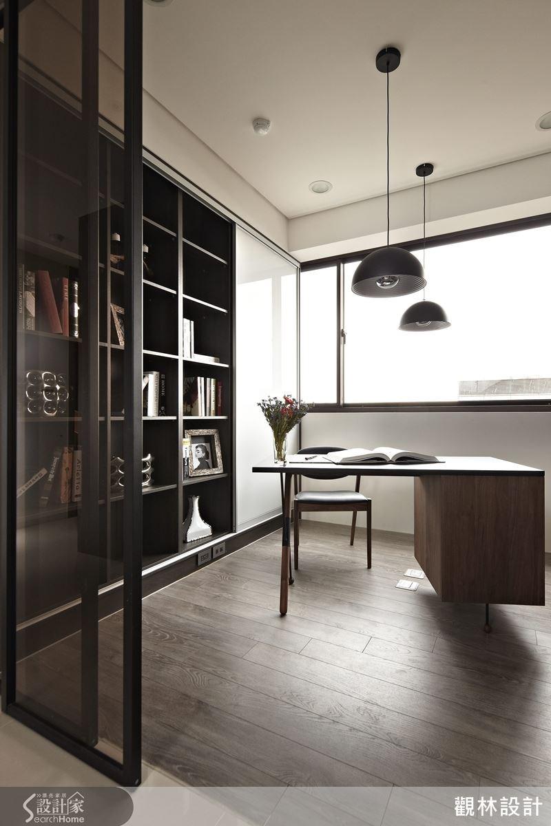 有別於屋內的其他空間,書房以木質地板規劃,搭配黑色造型吊燈,形塑簡單而優雅的生活品味;此外,書櫃旁的門板處特別設計了可擦式白板,方便家教老師教學時使用。