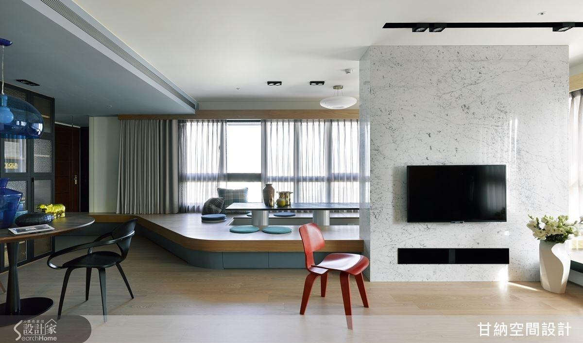 客廳與書房以一片高質感的雪白銀狐大理石區隔,而機關櫃則隱藏在電視最下方,讓視覺簡潔俐落。