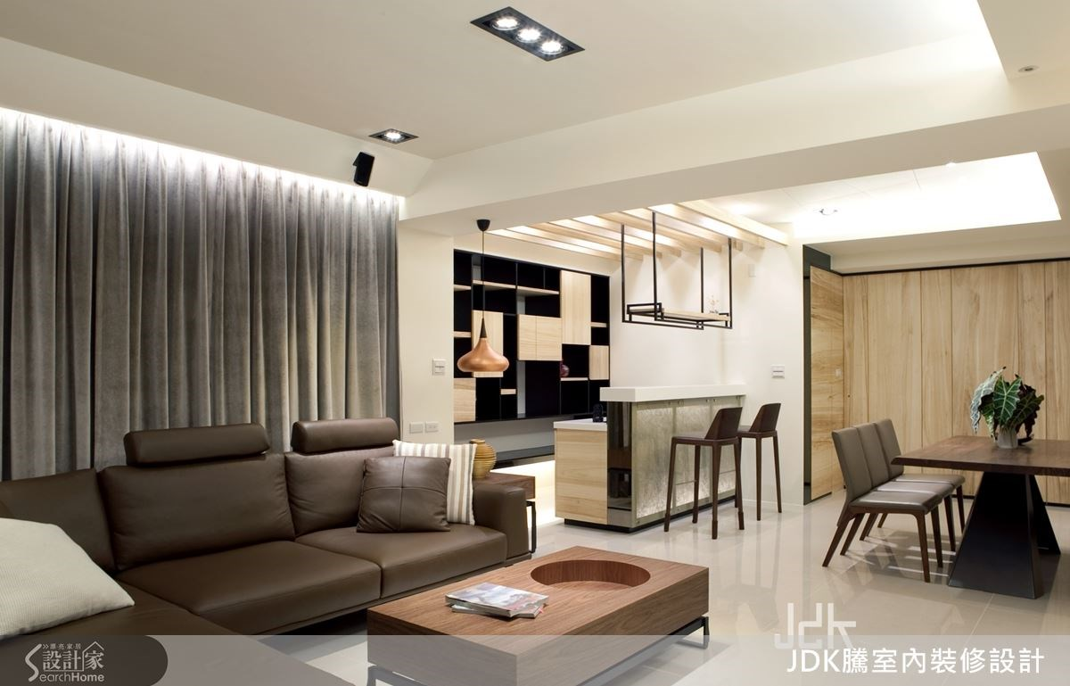 設計師將梧桐木皮作為居家主要材質,添入大理石、鐵件、玻璃等媒材,並適度點綴黑與白的色調,讓整個家在溫潤之中具備了豐富層次。
