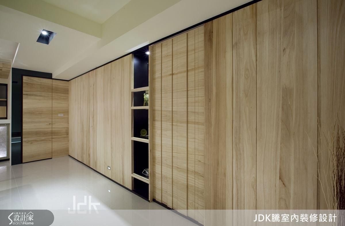 延伸入內可來到通道,採用大面梧桐木做出延續感牆面,創造出實木的自然感。