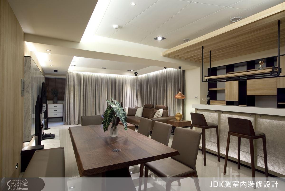 家中配置吧台,並在上方設計吊櫃,讓視覺具有穿透作用。