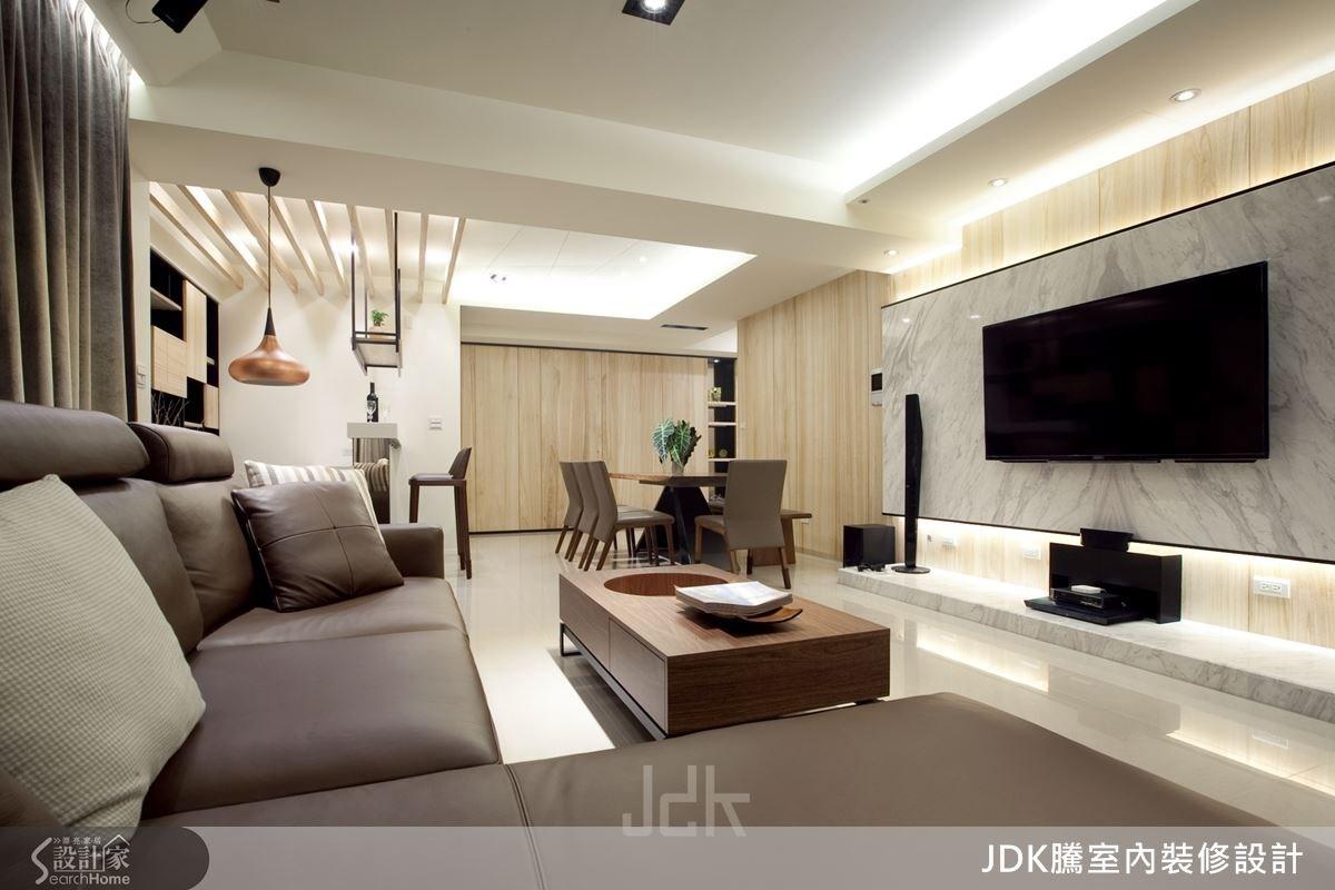運用大面積石材打造電視牆,牆面底部設計一道平台,並搭配黑邊框延伸視覺感受,延續空間線條。