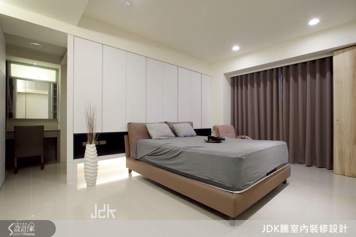 主臥的白色床頭背牆為隱藏式櫃體,將收納機能隱於空間中,並在床頭底部增設內凹空間,融入收納機能,搭配間接光源的設計,讓空間更明亮開闊。