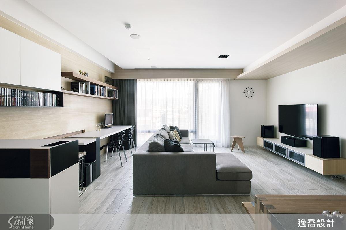 以木紋磚為主體的地板,搭配自然貼木皮的主牆與沉穩色系的家具,營造溫馨舒適的居家空間。