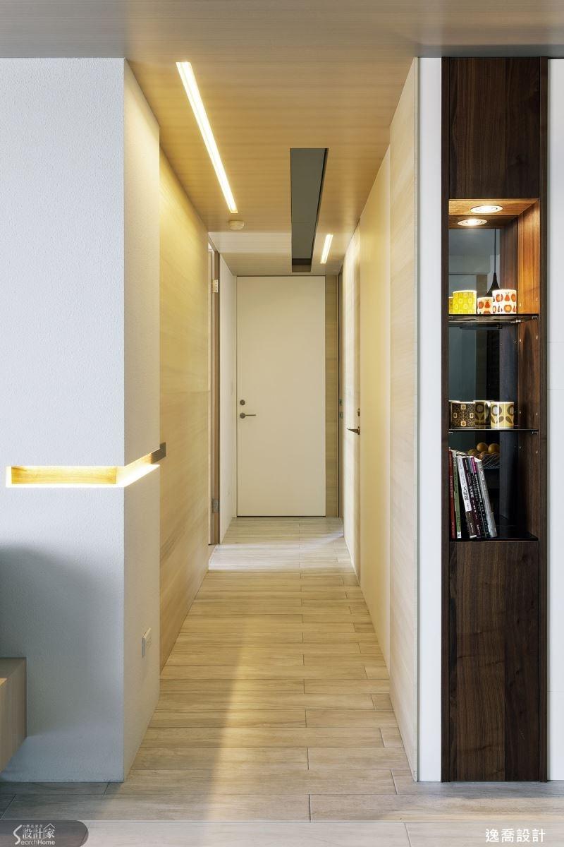廊道的五扇門分別以木皮與噴漆產生不同色階的差異,營造趣味的跳色效果。