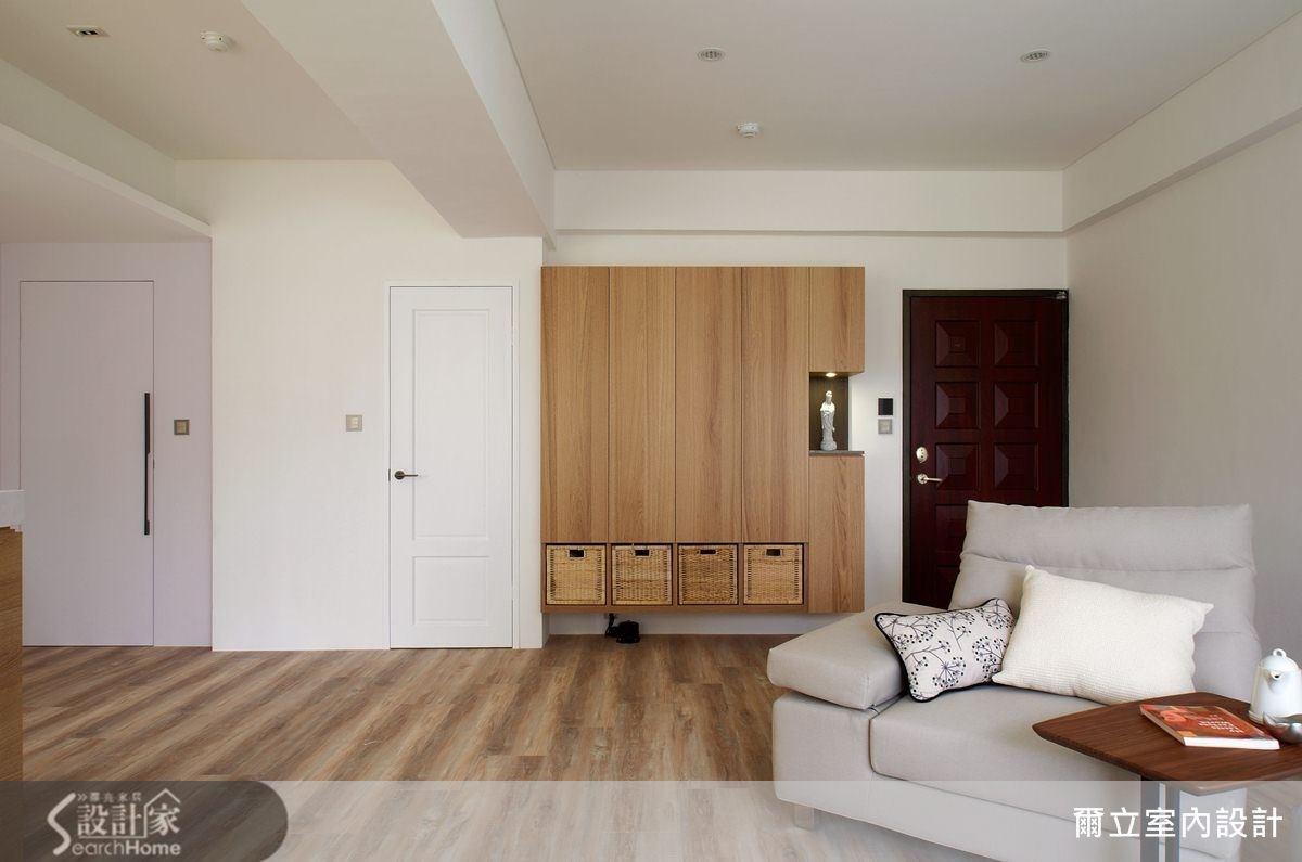 具有陳列、收納多種功能的壁面收納櫃,簡約的設計線條,提升了生活質感。