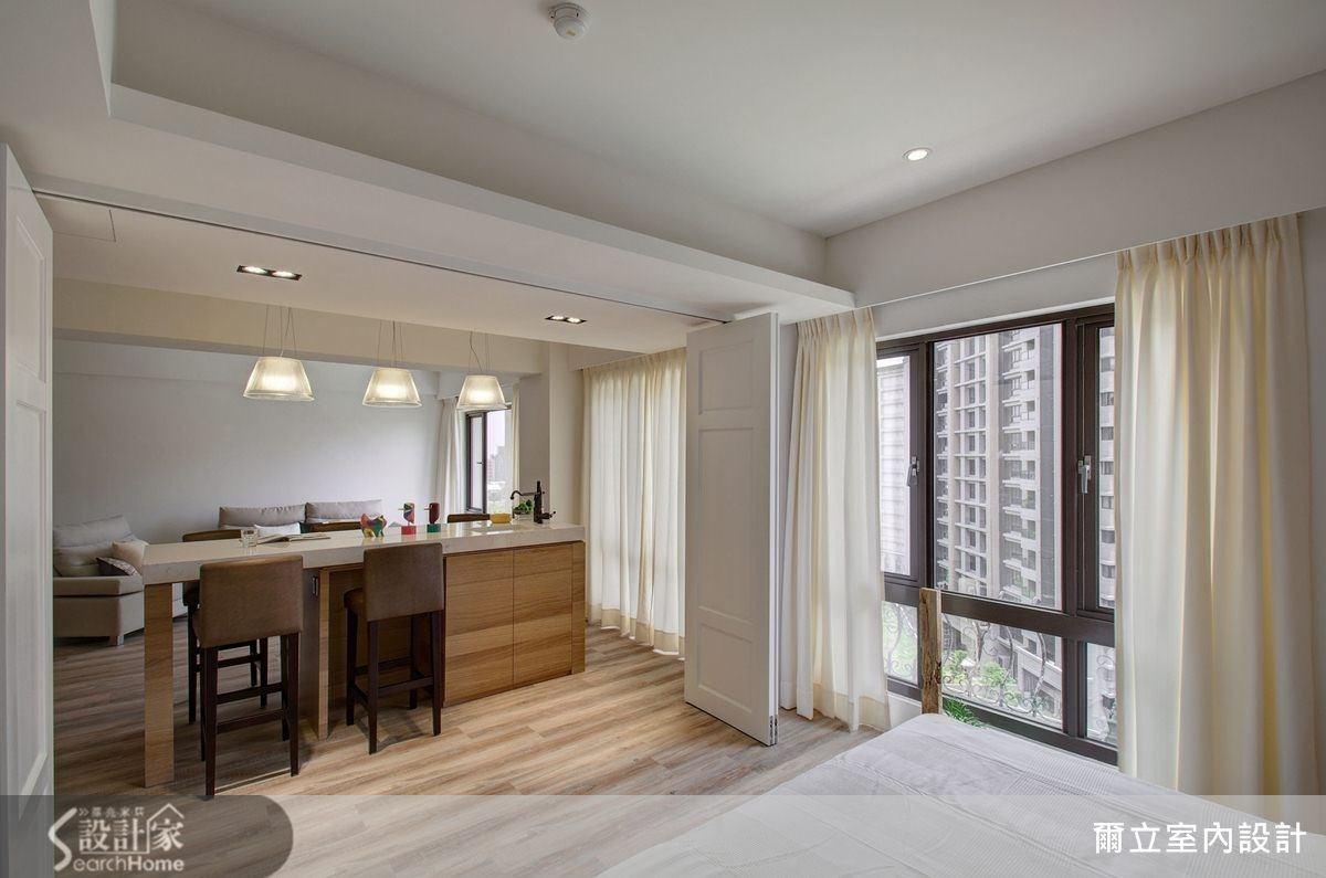中島型吧檯為空間區隔之用,掛上造型燈飾,不論作為餐桌還是工作檯都合適。