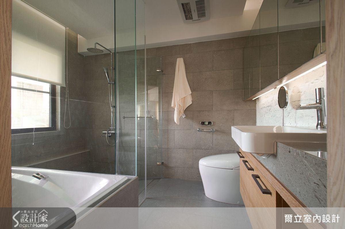 以大片灰色石磚為壁面,簡約而內斂,不僅可淋浴更可泡澡,是個兼具外型與機能的時尚衛浴空間。
