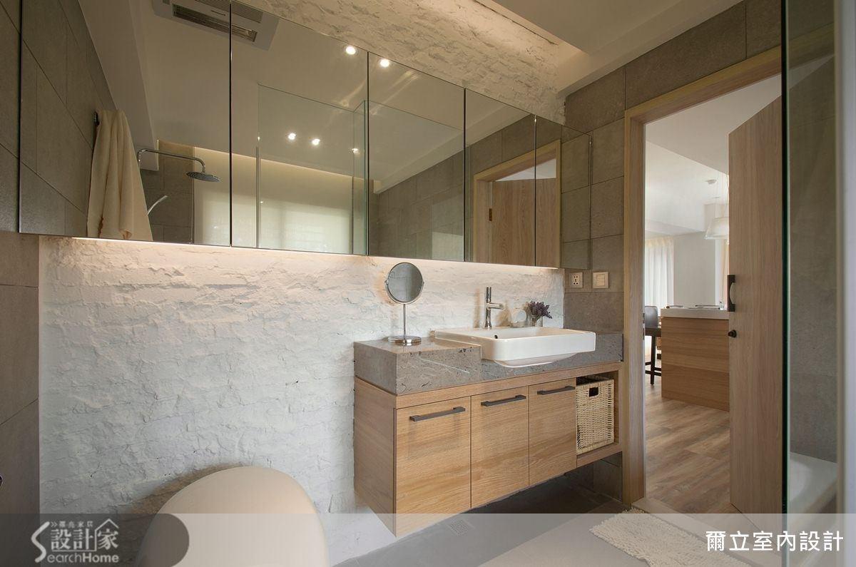 木質浴櫃搭上石材檯面,玻璃鏡面加大空間感,搭配上義大利進口無修邊磚,使衛浴空間不僅具有個性感,更帶點率性自在的氣息。